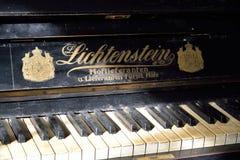 古老钢琴的钥匙在艺术家的博物馆庄园的 免版税图库摄影