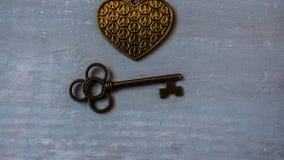 古老钥匙和古铜心脏 免版税库存照片