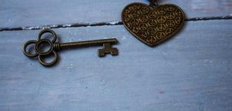 古老钥匙和古铜心脏 库存照片