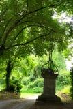 古老铁十字架,公墓入口 免版税库存图片