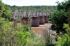 古老铁路桥spants强大河 免版税库存图片