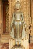 古老铜菩萨雕象在鲜绿色菩萨的贺尔Phra Keo寺庙前寺庙外面在万象,老挝 免版税库存照片