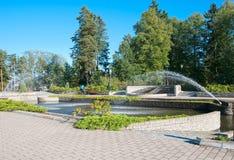 古老银行芬兰森林imatra河岩石vuoksi 喷泉在城市的中心 免版税库存图片