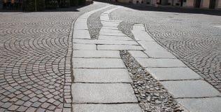 古老铺路石在皮亚琴察的历史的中心 图库摄影