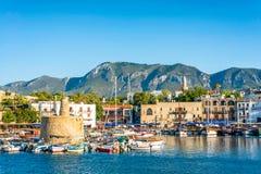 古老链塔在凯里尼亚港口 塞浦路斯 免版税库存图片