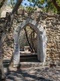 古老门、墙壁和长凳在圣地里面豪尔赫城堡在里斯本葡萄牙 免版税库存图片