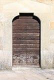 古老门前面木头 免版税库存照片