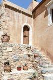 古老门在修道院里 免版税库存图片