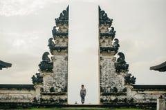 古老门在纯净的Lempuyan,巴厘岛,印度尼西亚 免版税库存图片