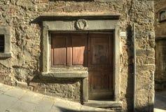 古老门在Cortona (托斯卡纳) 库存照片