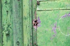 古老门绿色镶板木 图库摄影