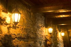 古老闪亮指示老墙壁 免版税图库摄影