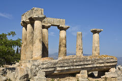 古老阿波罗科林斯湾希腊寺庙 免版税库存照片