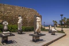 古老雕象和海洋人工制品在凯瑟里雅以色列港口  免版税图库摄影