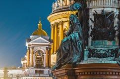 古老雕象灰泥和圣以撒` s大教堂彼得斯堡圆顶的夜视图  图库摄影