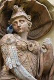 古老雕象看看鸽子 免版税库存照片