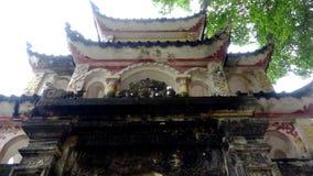 古老青苔寺庙的入口 免版税图库摄影