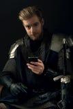 古老骑士和手机 库存图片