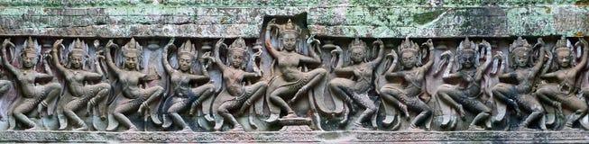 古老高棉红土带石雕刻Apsara在 库存图片