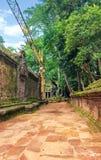 古老高棉建筑学的重建在密林 图库摄影