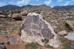 古老刻在岩石上的文字-在石头的驯鹿 免版税库存图片