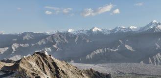 古老casttle全景在峭壁的在高山中 免版税库存照片