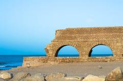 古老Herodian渡槽在海边 库存图片