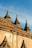 古老Htilo Minlo塔细节在与蓝天的黎明 免版税库存照片