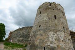 古老Izborsk堡垒塔  库存图片
