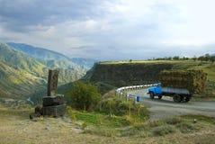 古老khachkar在山的上面在丙氨酸附近镇的  库存照片