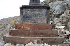 古老Khor Virap修道院在亚美尼亚:在山的十字架 图库摄影