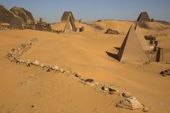 古老Meroe金字塔在一片沙漠在苏丹 免版税图库摄影