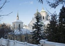 古老Pokrovskaya教会在Podol的基辅 它在1772年被修造了 蓝色分行休息日霜谎言天空雪结构树冬天 图库摄影