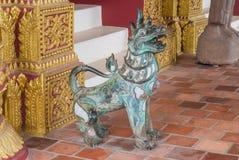 古老Singha狮子,在佛教传奇的不可思议的动物,在150年期间变老的雕象 免版税库存图片