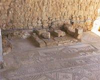古老Susya犹太教堂的Bimah和拼花地板 免版税库存照片
