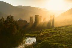 古老svan塔在早晨点燃与在乔治亚, Svaneti, Ushguli 库存图片