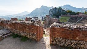 古老Teatro格雷科墙壁在陶尔米纳 免版税库存照片