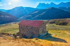 古老Tkhaba-Erdy基督徒寺庙美好的风景和 免版税库存照片