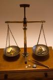古色古香平衡金缩放比例称 免版税库存图片