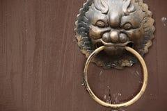 古色古香的东方通道门环 库存照片