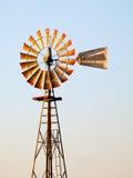 古色古香的中西部的风车 免版税库存照片