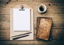 古色古香的书、咖啡和皮革剪贴板 免版税库存照片