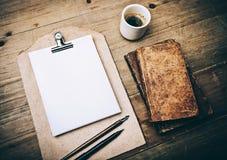 古色古香的书、咖啡和葡萄酒皮革 免版税库存图片