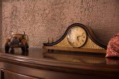 古色古香的书桌时钟和汽车在胸口 库存图片
