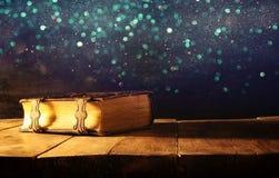 古色古香的书的图象,与黄铜钩子 幻想中世纪期间和宗教概念 库存照片