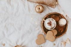 古色古香的企业咖啡合同杯子塑造了新鲜的早晨好老笔场面打字机 与咖啡杯和曲奇饼的舒适静物画背景 免版税库存图片