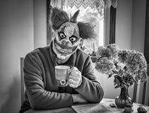 古色古香的企业咖啡合同杯子塑造了新鲜的早晨好老笔场面打字机 库存照片