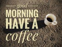 古色古香的企业咖啡合同杯子塑造了新鲜的早晨好老笔场面打字机 图库摄影
