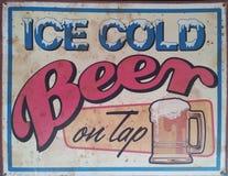 古色古香的冰冷的啤酒可随时使用的罐子标志 免版税库存图片