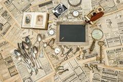 古色古香的准备待售辅助部件和器物 跳蚤市场 库存照片